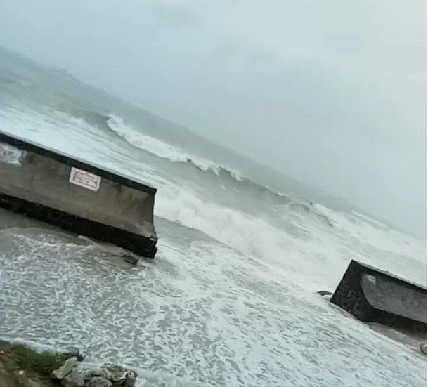 Biển động dữ dội, sóng biển tràn vào tuyến đường bao quanh huyện đảo Lý Sơn