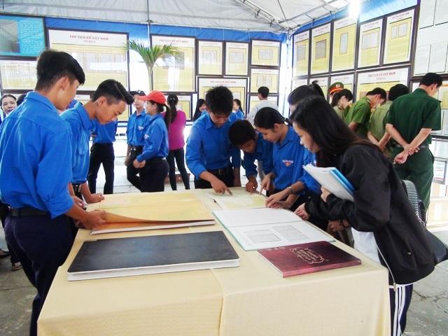 Nhiều đoàn viên thanh niên tỉnh Bạc Liêu đến xem triển lãm Hoàng Sa, Trường Sa của Việt Nam