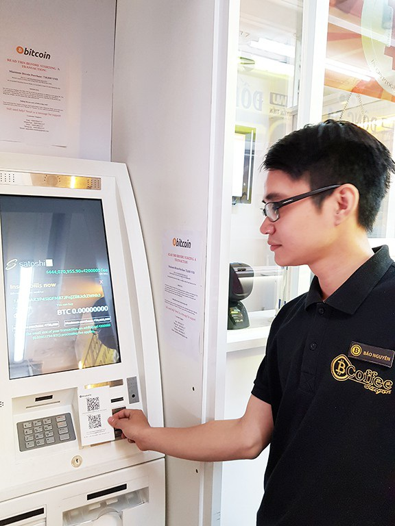 Việc thực hiện mua bán Bitcoin diễn ra đơn giản trên ATM Bitcoin tại TPHCM