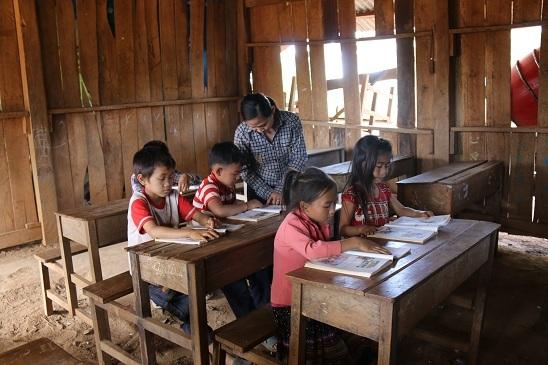 Mỗi ngày cô Kiều phải đi hơn 100 km để đến lớp học phụ đạo tiếng Việt dành cho các học sinh vẫn còn bập bẹ