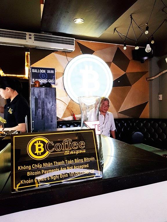 Nhiều quán cà phê ghi rõ bảng thông báo Không chấp nhận thanh toán bằng Bitcoin để qua mắt cơ quan chức năng.