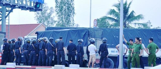 Lực lượng cảnh sát cơ động được điều đến để giữ trật tự tại Trạm thu phí BOT Cai Lậy ngày 30/11.