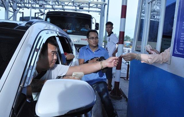 Nhiều tải xế qua trạm phản ứng bằng cách trả tiền lẻ (ảnh Đức Hiệp)