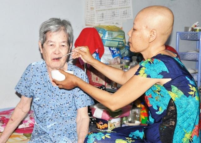 Chị Xuân Trang mắc bệnh ung thư, vừa phải lo kiếm tiền, vừa lo cho mẹ già mắc đa bệnh.