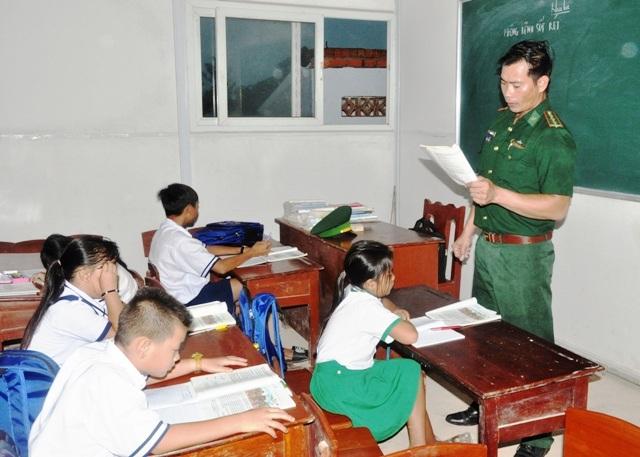 Thượng úy Trần Bình Phục đang giảng bài cho các em học sinh.