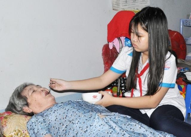 Những khi mẹ đi bán vé số, bà ngoại bệnh trở nặng, cháu Vân Anh lại phải xin nghỉ học ở nhà chăm sóc cho ngoại.