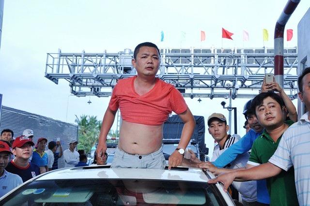 Anh Nguyễn Minh Trung thời điểm trước lúc bị công an áp giải về đồn (ảnh Đức Hiệp)