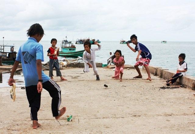 Với các em học sinh ở đảo Hòn Chuối, do không có nhiều điều kiện, nên các em chỉ có thể vui chơi bằng những trò đơn giản.