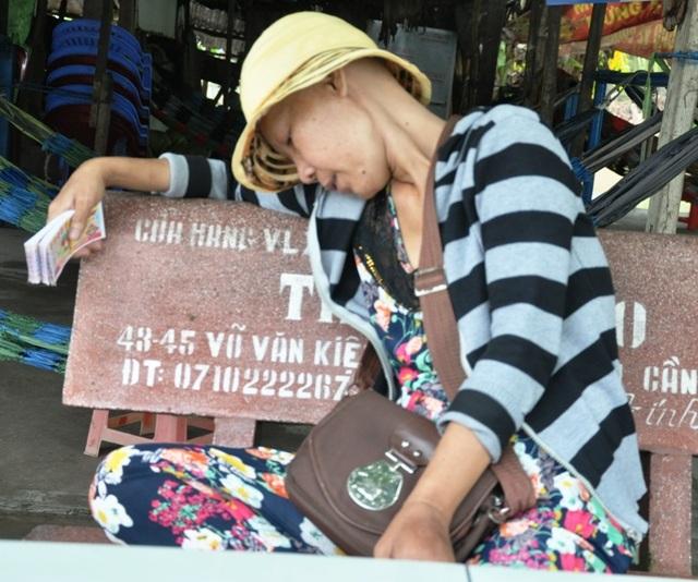 Hàng ngày, chị Trang phải đi bán từng tờ vé số để nuôi mẹ và con. Mang trong mình căn bệnh ung thư, sức khỏe của chị Trang cũng trở nên yếu ớt.