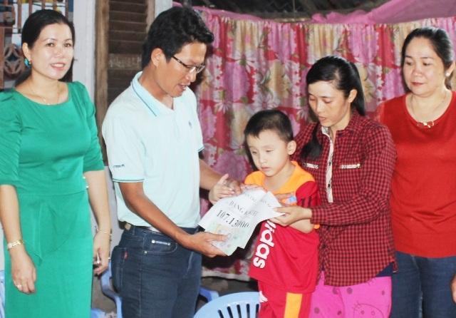 PV Dân trí cùng lãnh đạo địa phương đề nghị gia đình sử dụng số tiền sao cho đúng mục đích để không phụ tấm lòng của các nhà hảo tâm.