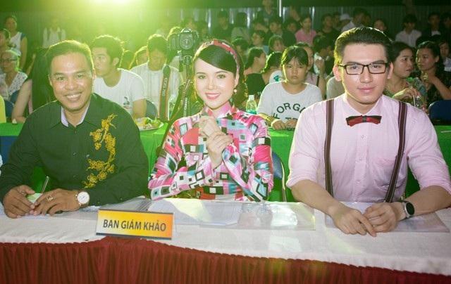 Thúy Vi nổi bật cùng ông Nguyễn Phú (trái, một người thầy của cô) và Nam vương HSSV Cần Thơ 2015 Huỳnh Võ Tiến.