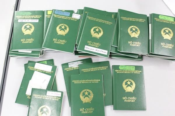 Rất nhiều Hộ chiếu của người dân bị đối tượng Vững lừa đảo, được cơ quan điều tra thu giữ để trả lại cho người bị hại.