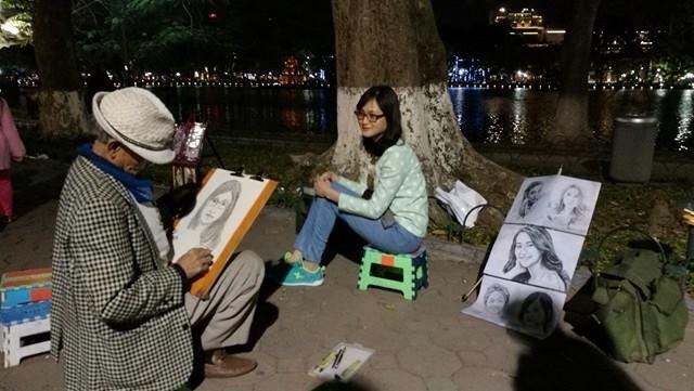 Dịch vụ vẽ chân dung đắt khách đêm 30