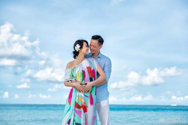 Bà bầu Hồ Hạnh Nhi hạnh phúc trong vòng tay ông xã. Cặp đôi làm đám cưới vào tháng 12/2015 và đã chờ đợi ngày này suốt 2 năm qua.