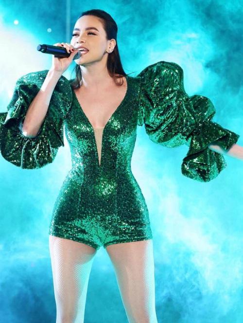 Nhà thiết kế Lý Quí Khánh tự hào khoe bộ đầm xanh thiết kế riêng cho người chị thân thiết Hồ Ngọc Hà trong chương trình lớn.