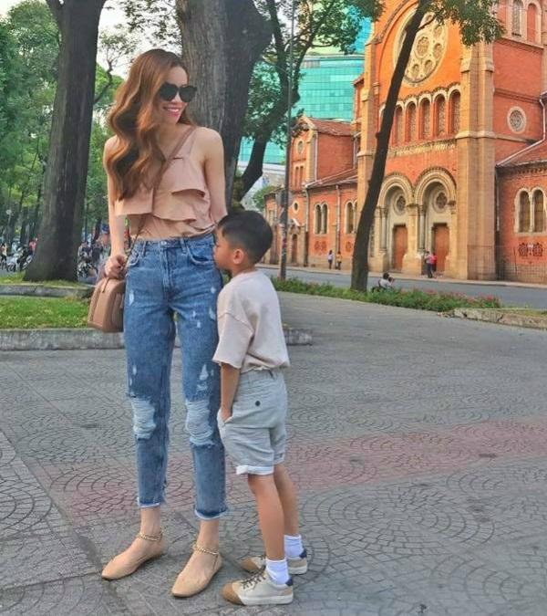 Trên trang cá nhân, Hồ Ngọc Hà khoe ảnh hạnh phúc khi đi dạo tại khu vực trung tâm TPHCM cùng Subeo. Nữ ca sĩ chia sẻ: Đứa thì cười toét, đứa thì nhõng nhẽo. Thế là có một cuối tuần bình yên.