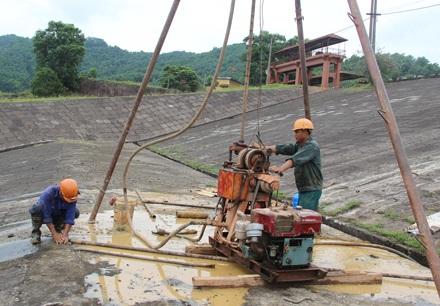 Thái Nguyên đang xem xét phê duyệt dự toán hơn 51 tỉ đồng để cứu đập chính hồ Núi Cốc.
