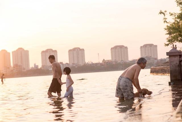 Tương tự, Hồ Tây cũng trở thành bãi tắm khổng lồ thu hút hàng trăm người dân đến tắm. (Ảnh: Toàn Vũ)