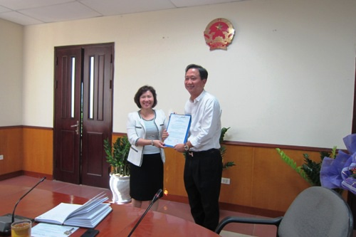 Thứ trưởng Hồ Thị Kim Thoa trao quyết định bổ nhiệm cho ông Trịnh Xuân Thanh hồi năm 2013.