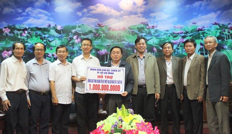 Lãnh đạo TP Hồ Chí Minh (áo trắng) đã trao hỗ trợ 1 tỷ đồng cho lãnh đạo tỉnh Quảng Trị