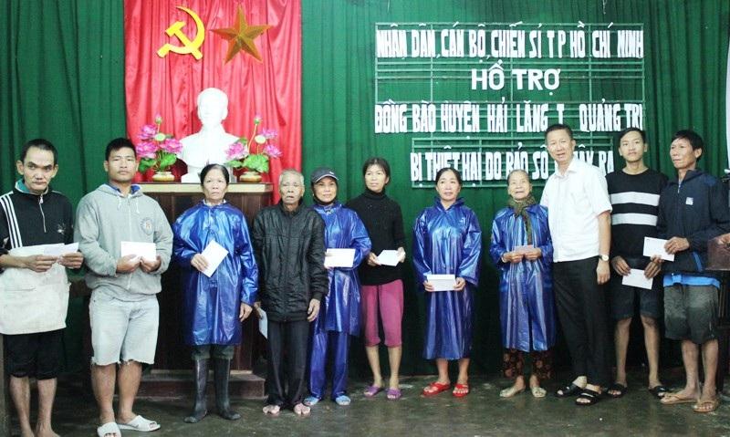 Lãnh đạo TP Hồ Chí Minh trao quà cho người dân vùng lũ Hải Lăng