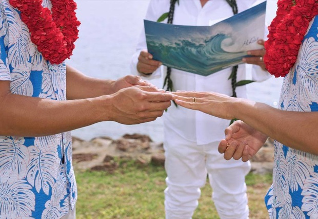 Nam diễn viên cũng chia sẻ ảnh kết hôn chính thức của anh và bạn trai người nước ngoài tại Hawai.