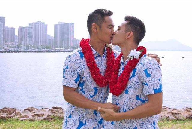 Nam diễn viên Hồ Vĩnh Khoa bất ngờ chia sẻ việc anh đã kết hôn cùng nam người mẫu Thái Lan - Rhonee Rojas vào ngày 1/10 (giờ địa phương) tại Hawaii, Mỹ.