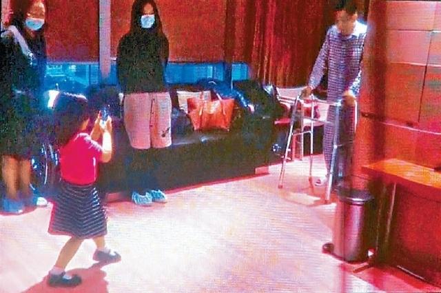 """Mới đây, tạp chí East Weekly của Hồng Kông đã đăng tải những hình ảnh hiếm hoi của con gái Lưu Đức Hoa. Cô bé tên là Hanna và năm nay 5 tuổi. Suốt 5 năm qua, Lưu Đức Hoa đã """"giấu nhẹm"""" hình ảnh của con gái vì không muốn cô bé bị truyền thông và người hâm mộ làm phiền. Trong ảnh cô bé đang cố gắng chụp ảnh bố ruột khi Lưu Đức Hoa đang phải tập đi trong bệnh viện."""