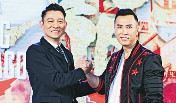 Lưu Đức Hoa chụp ảnh cùng người đồng nghiệp Chân Tử Đơn.