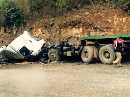 Xe đầu kéo gặp nạn khi lao dốc, tài xế tử vong trong cabin - 2