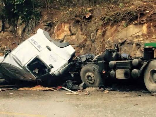 Chiếc xe đang lao dốc với tốc độ cao thì gặp nạn khiến xe biến dạng, hư hỏng.