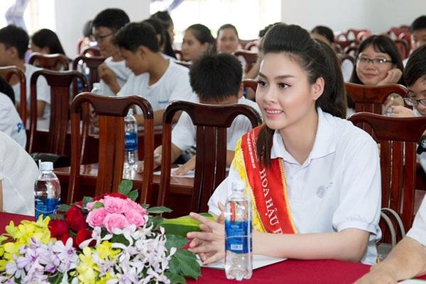 Vừa tốt nghiệp Đại học, Hoa hậu Biển Thùy Trang tham gia Ngày môi trường thế giới 2017 tại Việt Nam với vai trò Đại sứ.