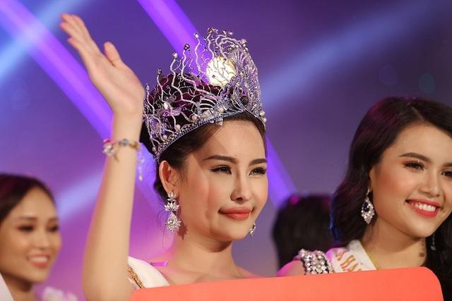 Nụ cười của Tân Hoa hậu Đại dương nhận nhiều bình luận trái chiều.