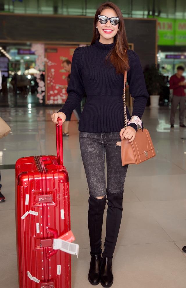 Hoa hậu Phạm Hương rạng rỡ tại sân bay với trang phục khỏe khoắn, năng động. Hoa hậu Hoàn vũ Việt Nam 2015 lăng xê mốt jeans rách. Để giữ ấm, cô nàng dùng thêm boots cao cổ, áo len cổ lọ tay dài với chi tiết thắt eo cực kì tinh tế.