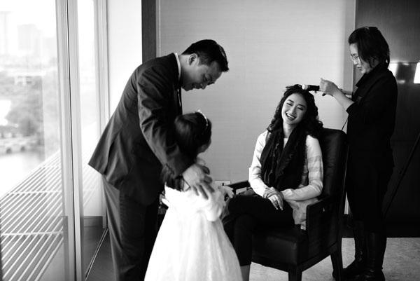 Hoa hậu Thu Ngân và vị hôn phu, ông Doãn Văn Phương chuẩn bị trước lễ cưới tối nay, ngày 17/1.