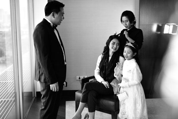 Hoa hậu Thu Ngân cưng nựng em gái.
