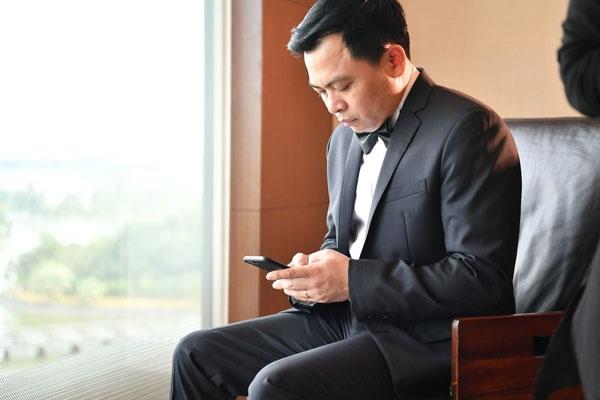 Chú rể Doãn Văn Phương liên tục nhận được điện thoại chúc mừng hạnh phúc.