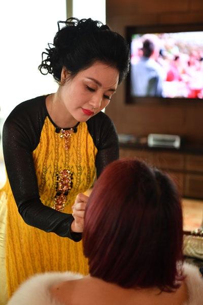 Bà Thanh Hòa, mẹ cô dâu chăm chút cho con gái.