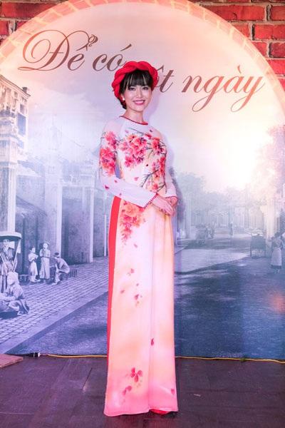 Cựu Hoa hậu được khen ngợi về vóc dáng cân đối, làn da mịn màng và phong cách trình diễn duyên dáng, ấn tượng sau hơn 10 năm đăng quang.