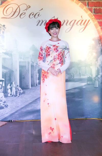 Hoa hậu Việt Nam 1994 Thu Thủy trình diễn áo dài Hoa phượng tháng 5 trong chương trình Để có một ngày diễn ra cuối tuần qua tại Hà Nội.