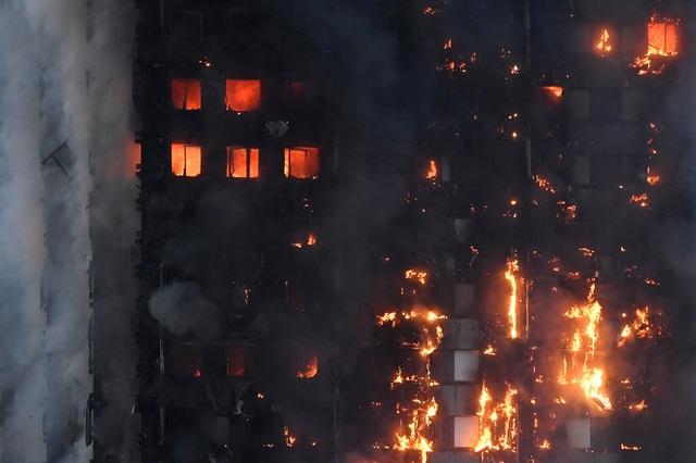 Tháp 24 tầng bốc cháy dữ dội ở Anh, nhiều người thương vong - 5