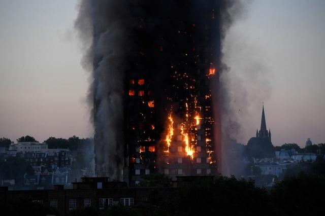 Tháp 24 tầng bốc cháy dữ dội ở Anh, nhiều người thương vong - 6