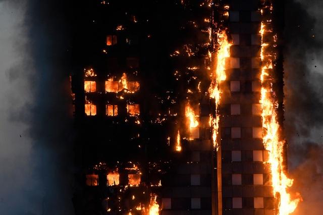 Tháp 24 tầng bốc cháy dữ dội ở Anh, nhiều người thương vong - 4