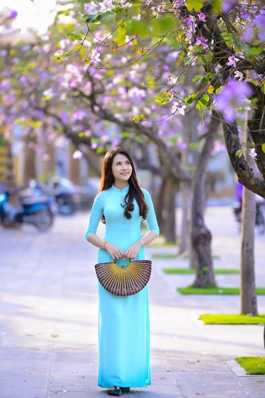 Thiếu nữ Lào khoe sắc trên con đường tím màu hoa ban Hà Nội - 13