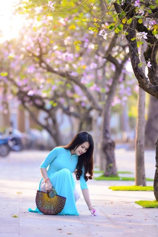Thiếu nữ Lào khoe sắc trên con đường tím màu hoa ban Hà Nội - 14