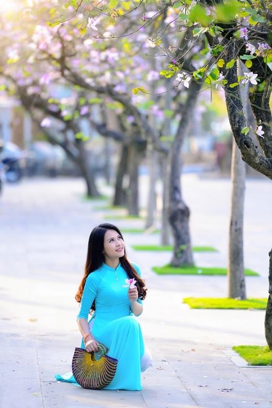 Thiếu nữ Lào khoe sắc trên con đường tím màu hoa ban Hà Nội - 16