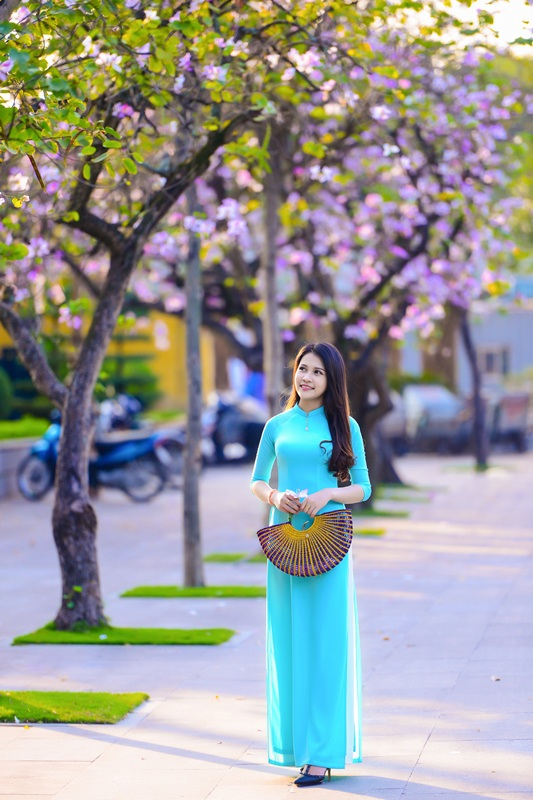 Thiếu nữ Lào khoe sắc trên con đường tím màu hoa ban Hà Nội - 18