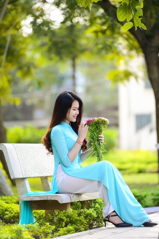 Thiếu nữ Lào khoe sắc trên con đường tím màu hoa ban Hà Nội - 3