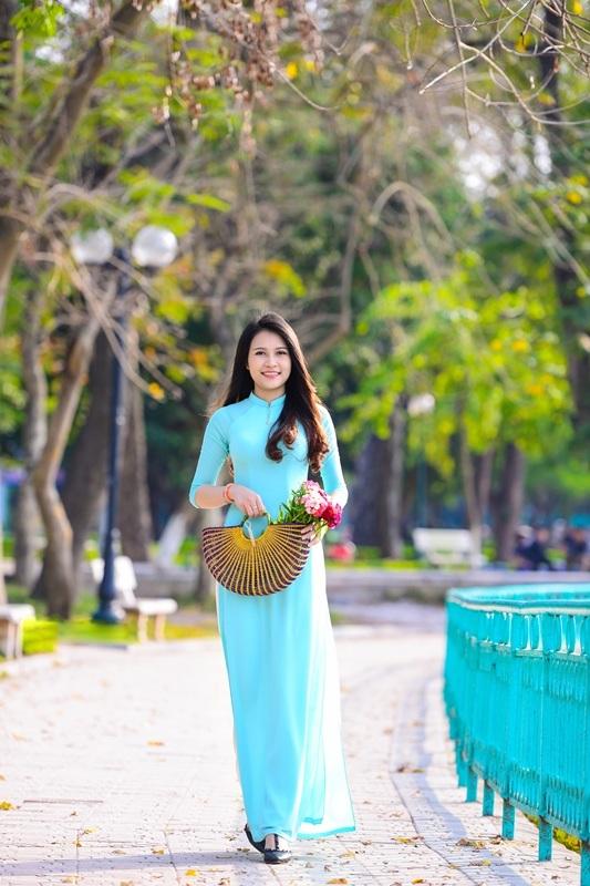 Thiếu nữ Lào khoe sắc trên con đường tím màu hoa ban Hà Nội - 4