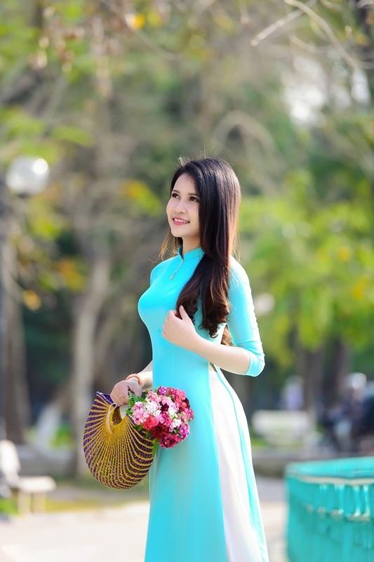 Thiếu nữ Lào khoe sắc trên con đường tím màu hoa ban Hà Nội - 6